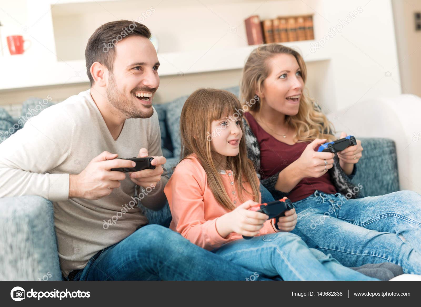 Familia Divertido Juegos De Video Foto De Stock C Ivanko1980