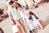 Fotografie Eltern, die zu Fuß mit Tochter auf sonnigen Tag