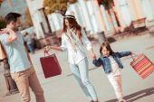Fotografie Familie mit Einkaufstüten auf Straße