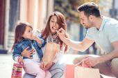 Fotografie Glückliche Familie Spaß im Freien in Stadt