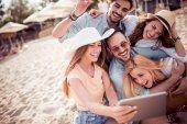 letní prázdniny, dovolená, šťastní lidé koncept - skupina přátel s selfie s mobil na pláži