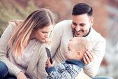Šťastná rodina. Otec, matka a syn v městě vyfotografovat autoportrét a bavte se