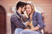 Fotografie Mladý pár objímat v městském parku