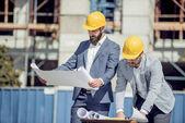 Dva dělníci pracují na staveništi