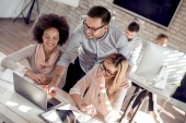 Skupina podnikatelů pracují na projektu v moderní kanceláři u stolu