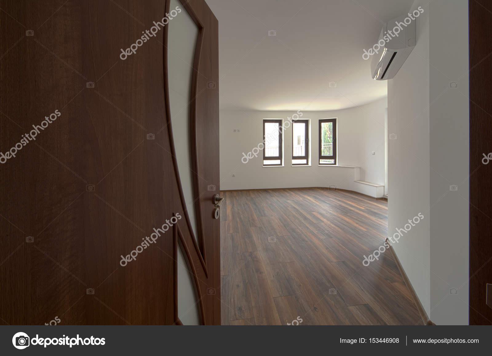 Offene Tür in einen leeren Raum. Innenraum. Willkommen Sie zum neuen ...