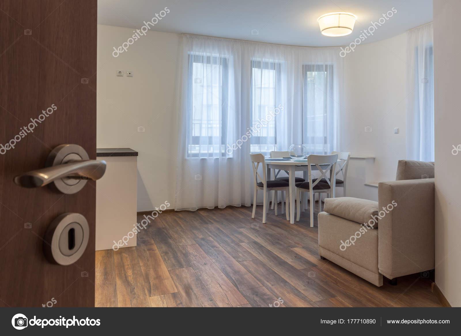 Open deur naar een nieuwe moderne woonkamer nieuw huis