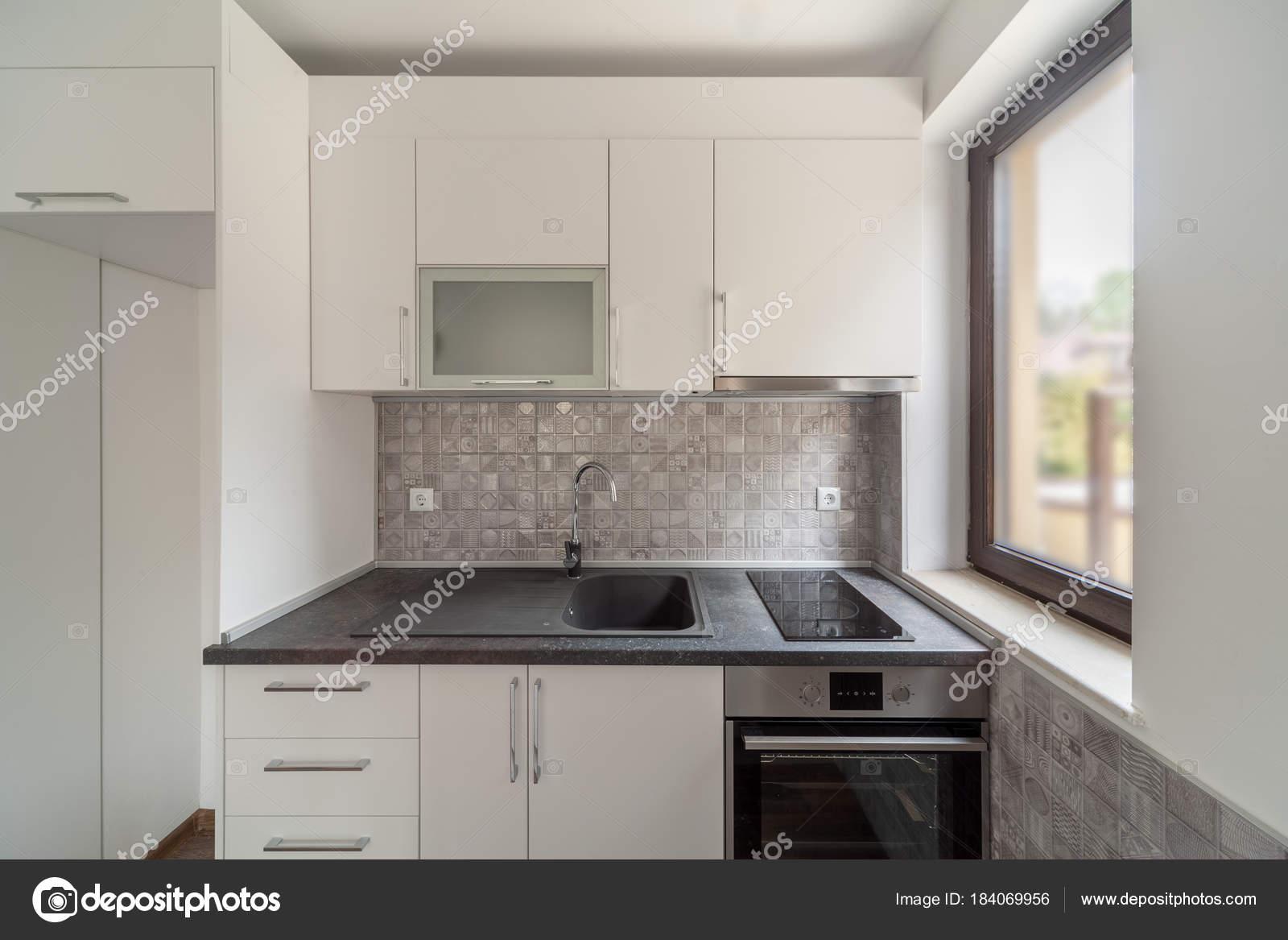 Neue moderne und leere weiße Küche. Neues Zuhause. Interieur ...
