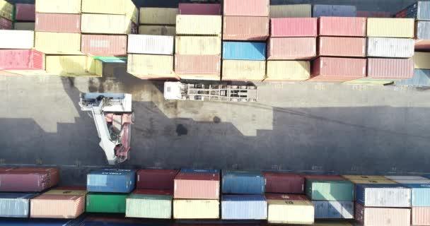 Konténerkezelő Teherautót pakol a Port Terminálba. A konténerek kivitele és a rakományba történő behozatala