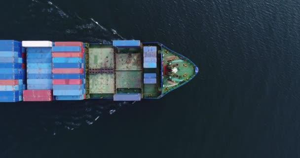 Großes Containerschiff auf See - Blick von oben nach unten. Luftaufnahme des Frachtcontainerschiffs Import Export Container Segeln.
