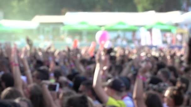 Felvételek elmosódott tömegekről, akik buliznak, táncolnak egy koncerten vagy DJ partin. Lassú mozgás..