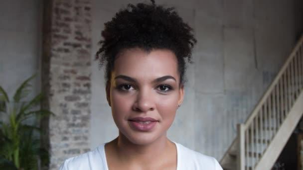 Töltsük fel vonzó mosolygó afro-amerikai nő portréja.