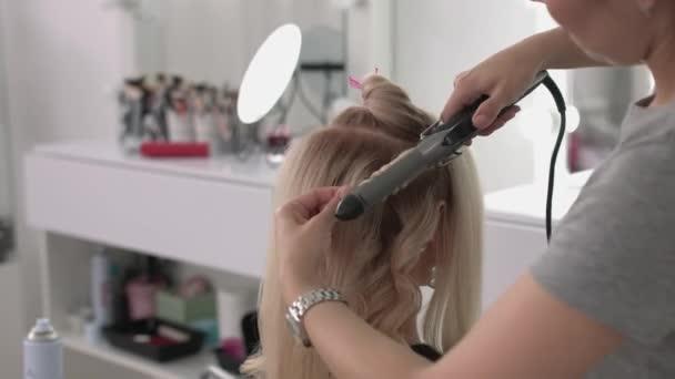 Девушки на работе в парикмахерской работа с камнем девушке