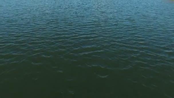 Letecké video z vody vlnky, šumivé na slunce