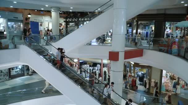 Lidé chodí po eskalátoru