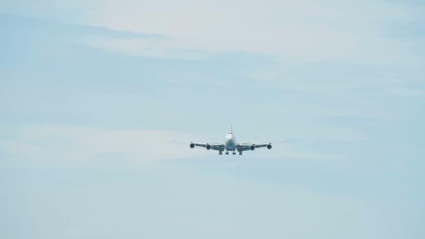 Osobní letadlo se blíží letiště
