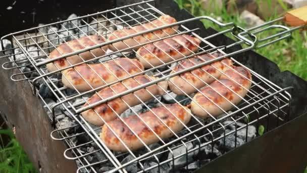 Chutné šťavnaté párky grilování na ohni