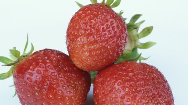 jahody na talíři