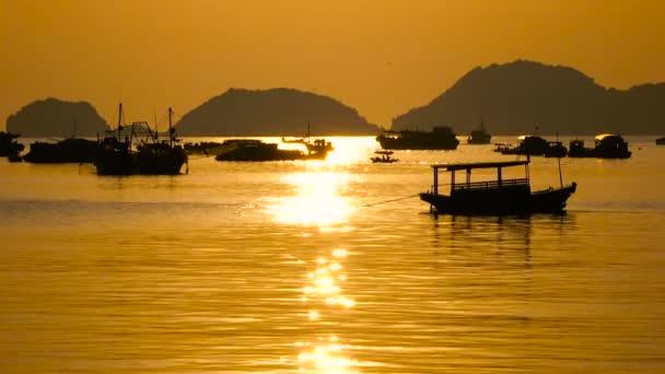 Beautiful views of Ha Long Bay