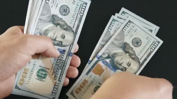 Zählen von Hundert-Dollar-Scheinen