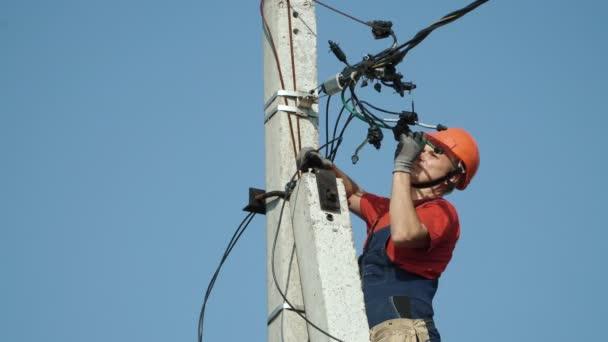 Elektrikář v elektrické vedení