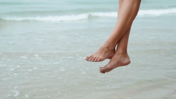 Nohy žena uvolňující na houpačce