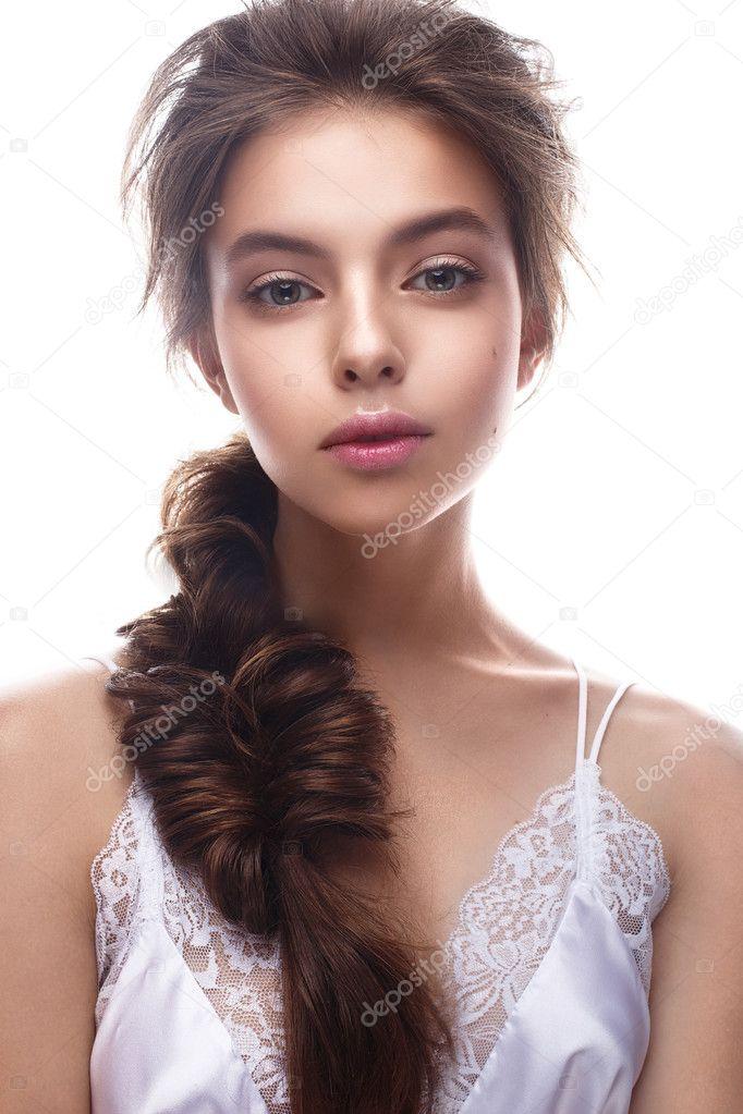 Красиві дівчата зображення наречена з косою. Модель з гола макіяж і білизна  Шовкова. Краса обличчя– стокове зображення ba48913e0c50f