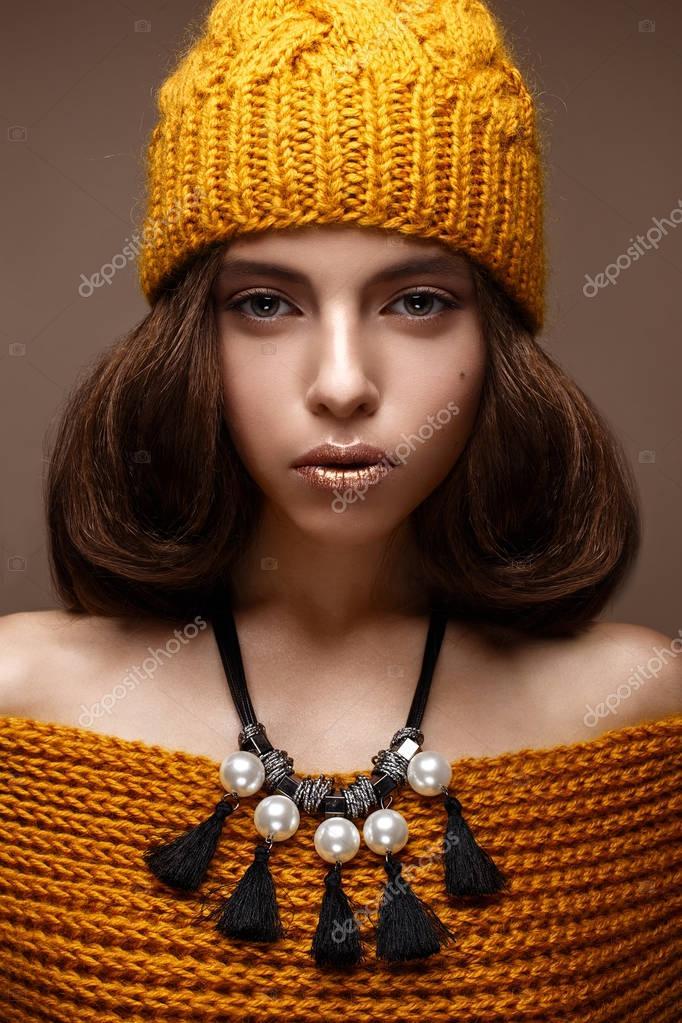 Красива дівчина в трикотажні капелюх на голову і намисто з перлів ... 76242f392c25f