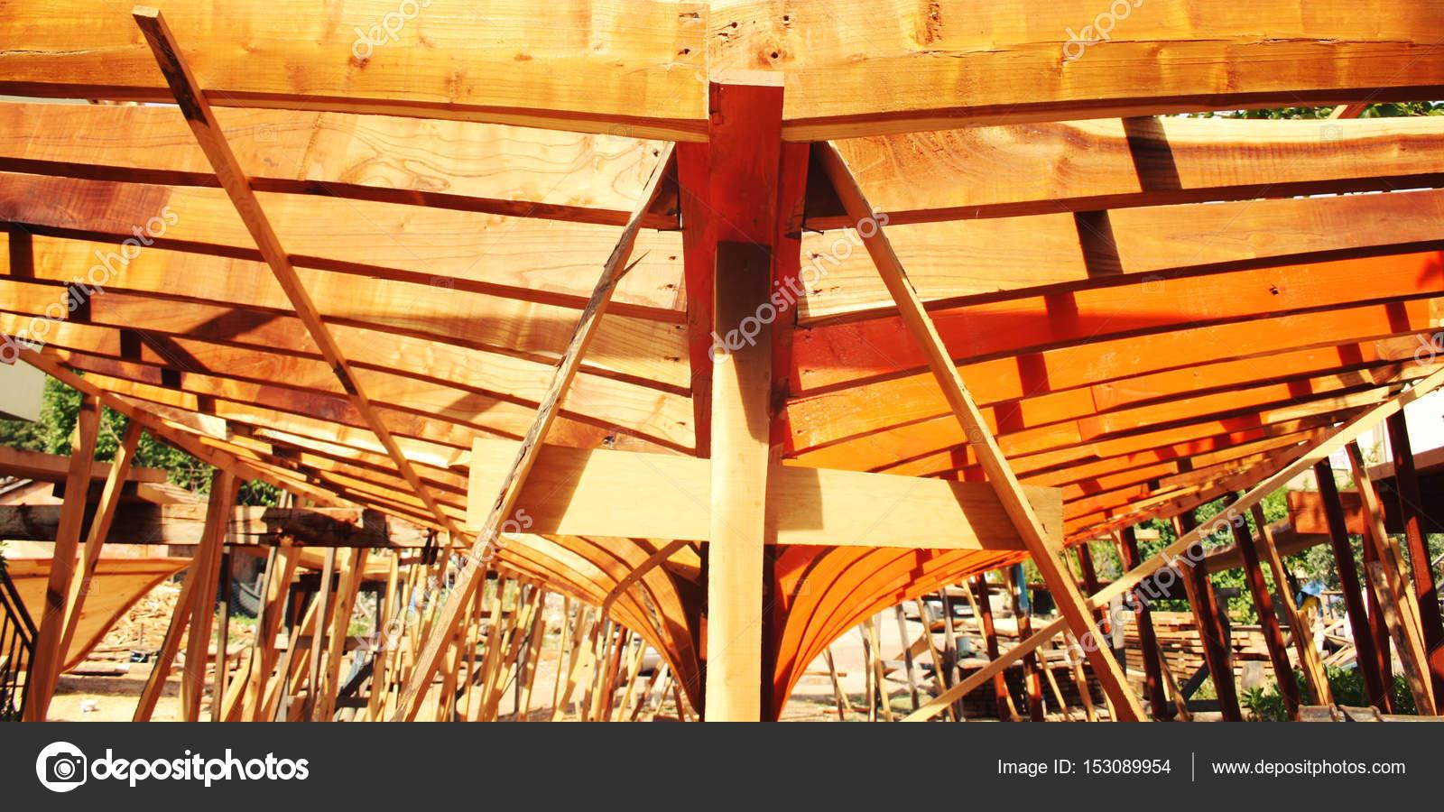 Het bouwen van een boot. In aanbouw. Getinte foto — Stockfoto © Lora ...