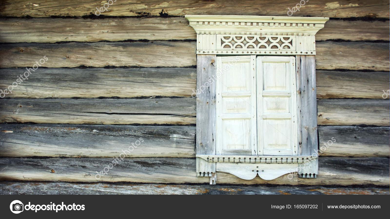 Ventana cerrada en la casa abandonada. Marco de madera — Foto de ...