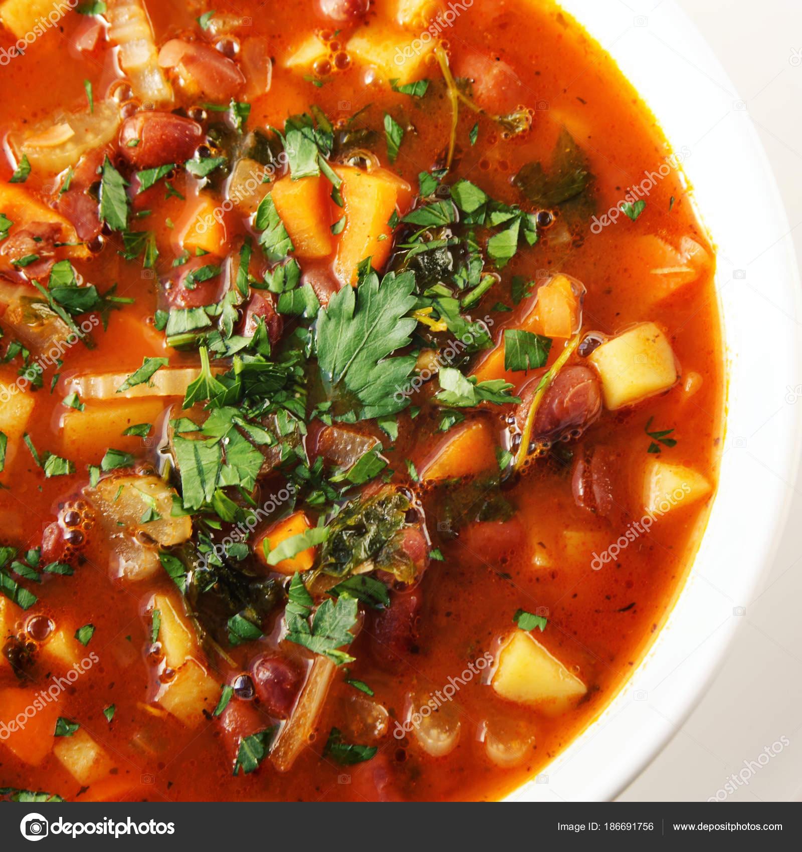 Zupa Pomidorowa Z Czerwonej Fasoli Ziemniakow I Marchwi Zdjecie
