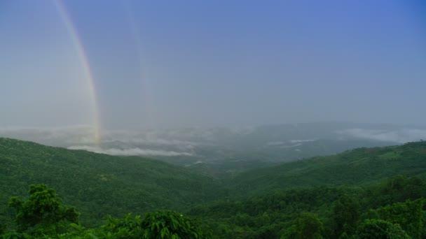 Časová prodleva Rainbow Mountain Mist na hory Phu Pha Chee. Chiang Rai provincie. Thajsko