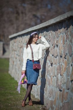 """Картина, постер, плакат, фотообои """"красивая девушка прогулки с букет весенних цветов вдоль набережной, букет гиацинтов """", артикул 364803770"""