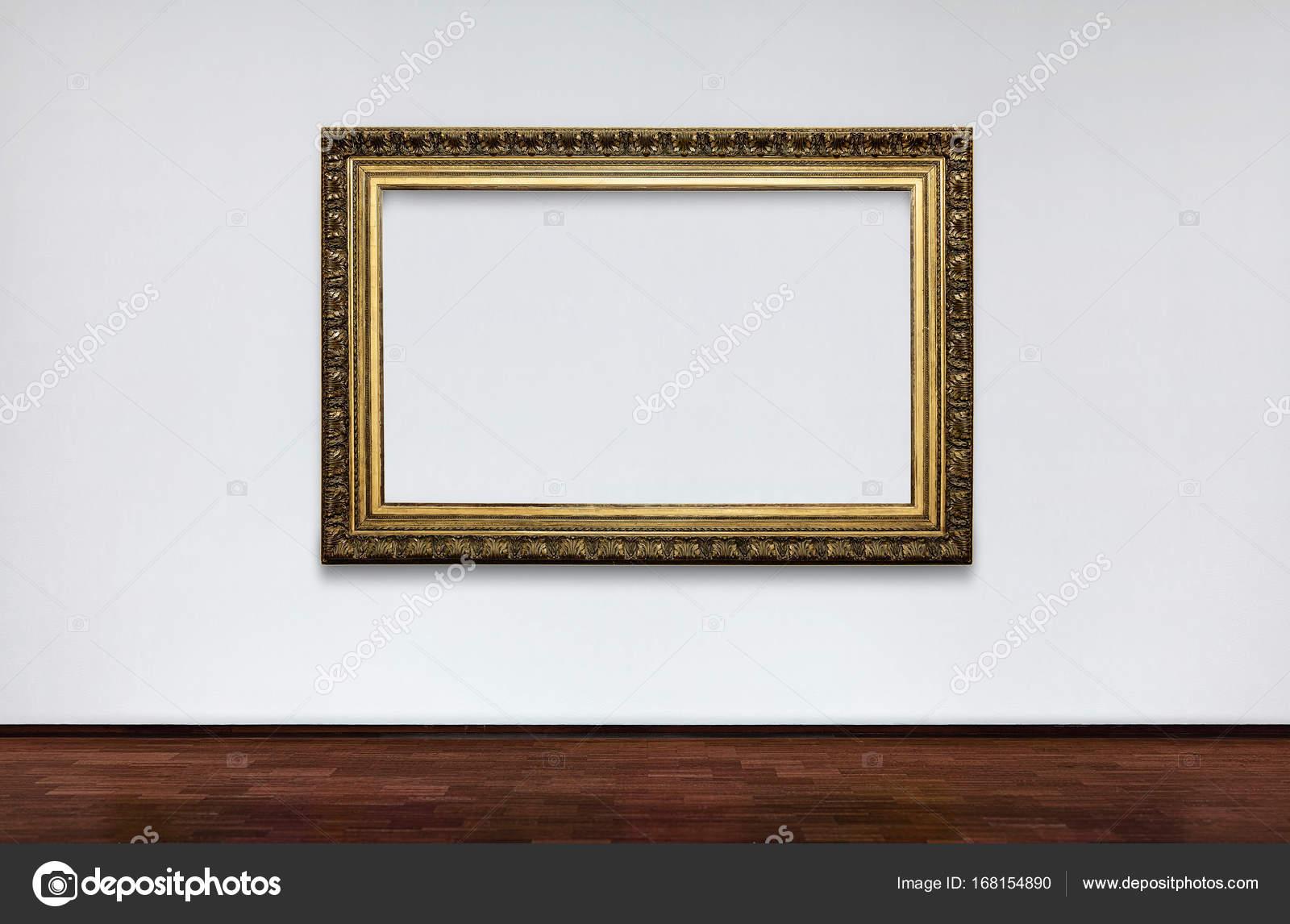 Marco vacío en la pared blanca en el Museo. lugar para los cuadros ...