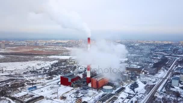 Dýmky z tepelné elektrárny. Letecký pohled. Potrubí z tepelné elektrárny. vytápění města. topné sezóny