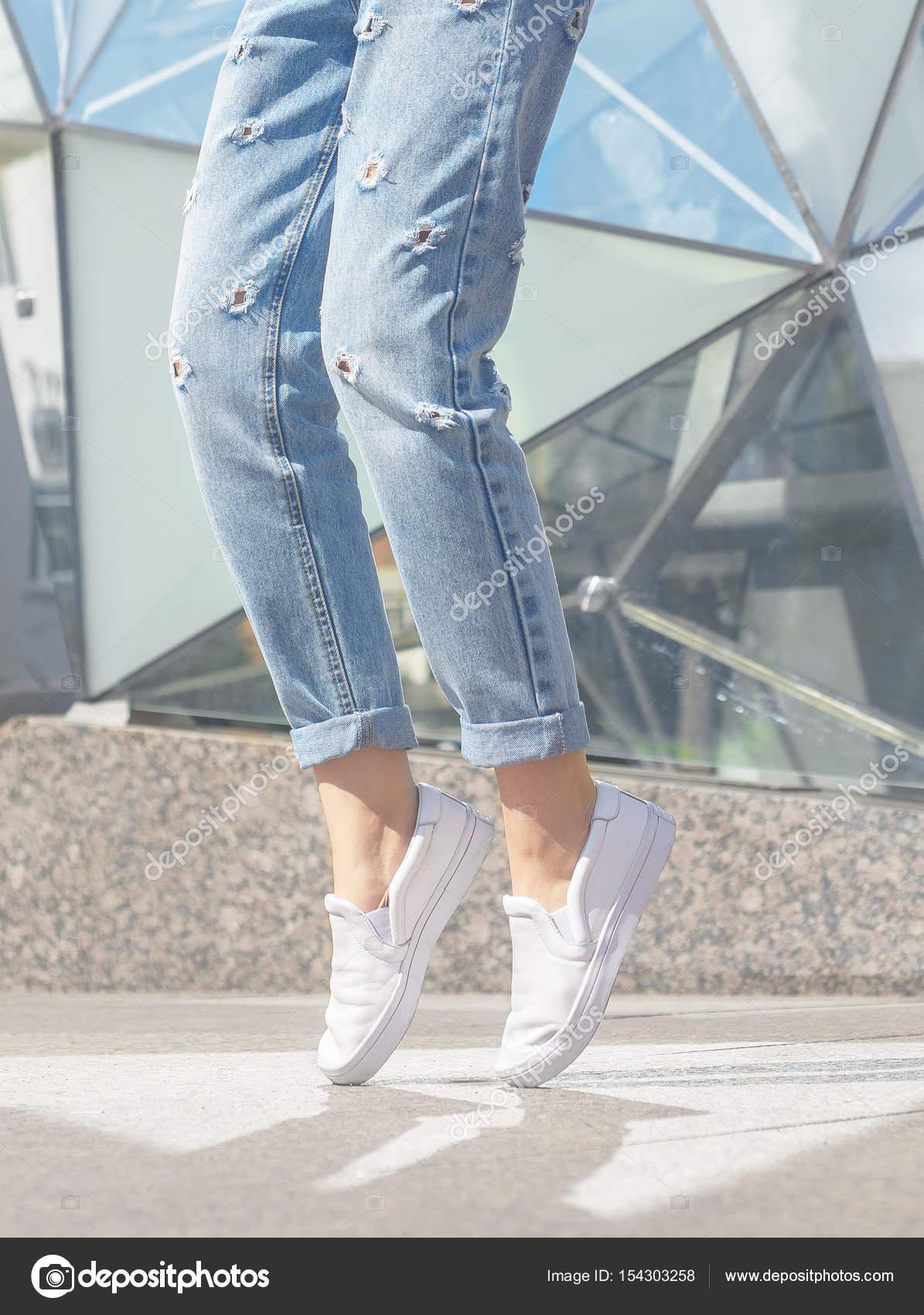 6de02db7c4d Γυναίκα που παρουσιάζουν. Καλοκαιρινό λουκ. Λευκά αθλητικά παπούτσια–  εικόνα αρχείου