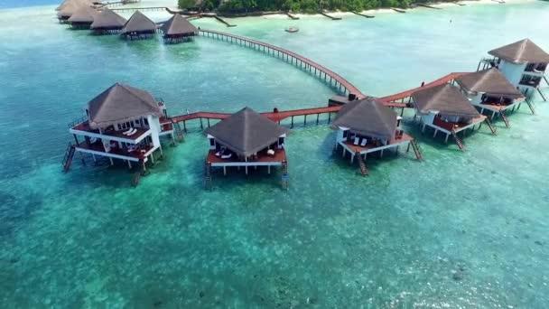 Luftaufnahme luxuriöser Overwater-Bungalows im Villas Resort auf den Malediven 02