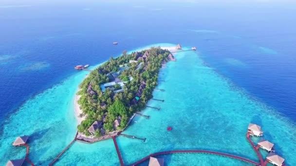 Luftaufnahme luxuriöser Overwater Villas Resort auf den Malediven 02
