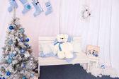 Vánoční krajina na bílém pozadí. Lavička. Medvěd. Nový rok strom