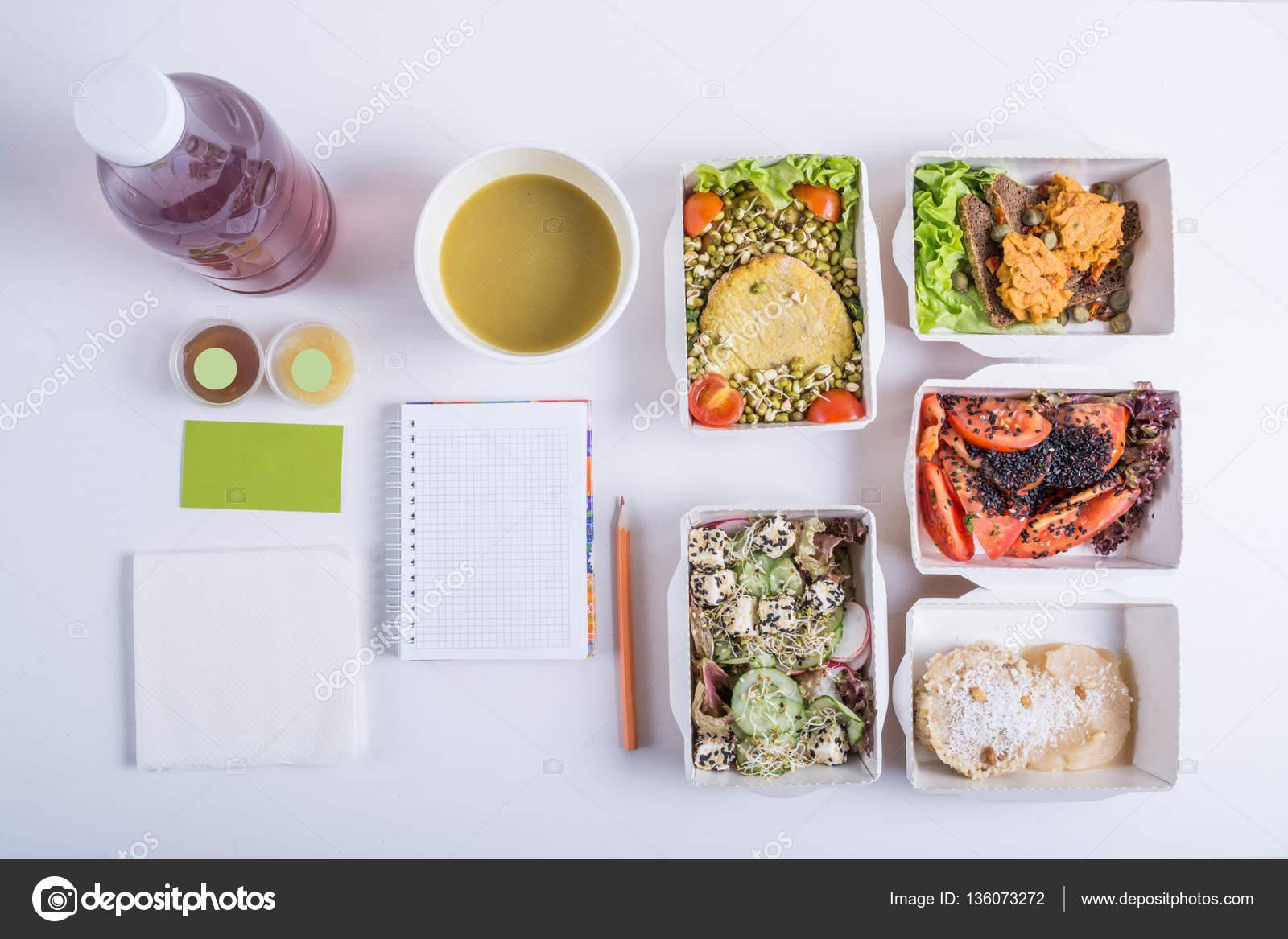 Nourriture De Restaurant Pour Un Legumes Viande Et Fruits En Boites Papier Daluminium Detox Eau Carte Visite Carnet Crayon Sur Fond