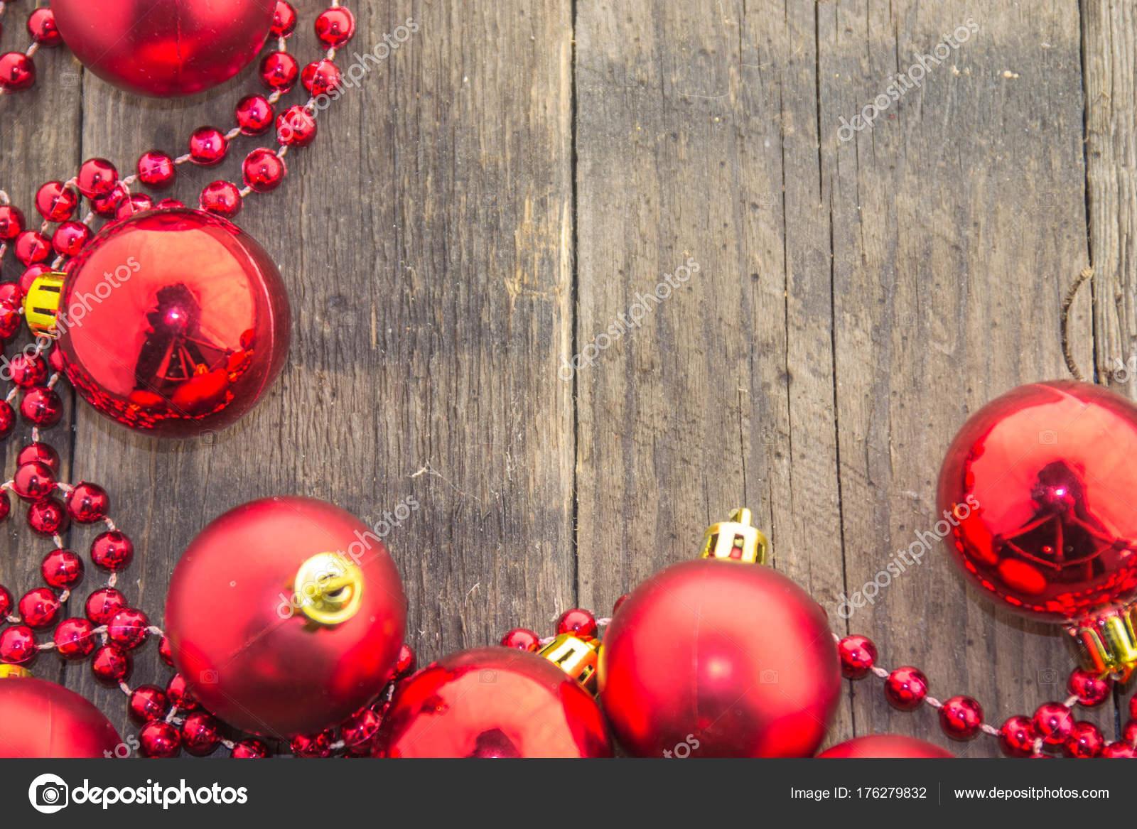 Kerstdecoraties Met Rood : Kerstdecoratie met glanzende rode ballen rode kralen een houten voet