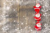 Santa Claus na rustikální dřevěné pozadí s sněhové vločky a hvězdy