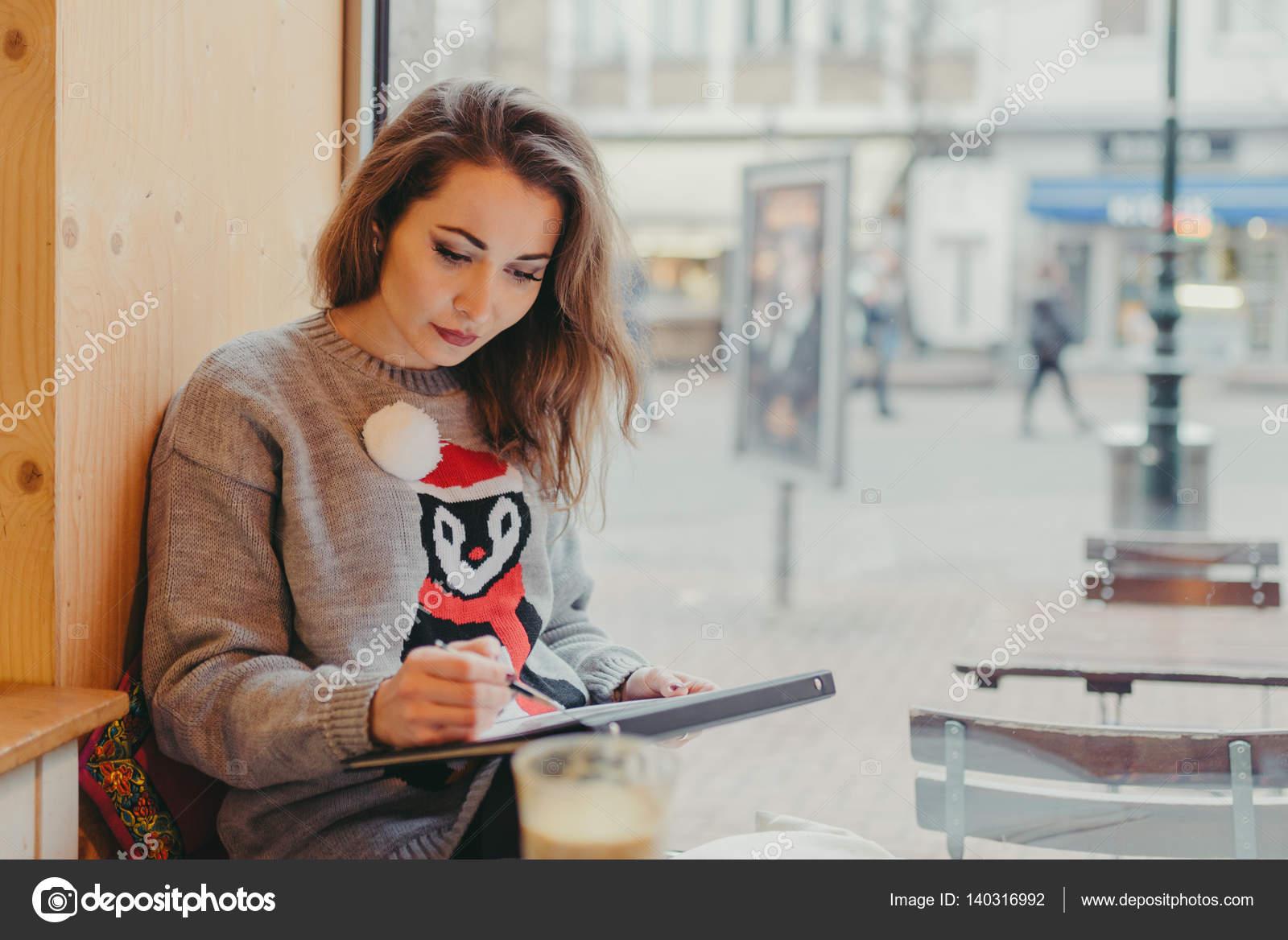 Schone Madchen Zeichnen Mit Bleistift Im Cafe Stockfoto C Smanyuk