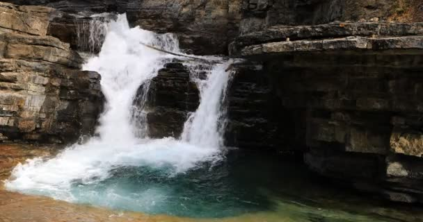 Vodopád v kaňonu, Rocky Mountains, Kanada 4k