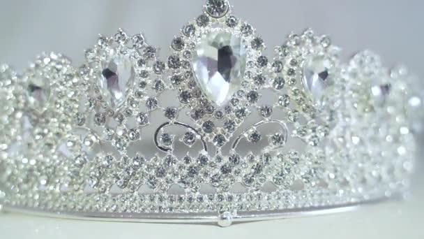 Gyémánt Korona Szépségverseny, fáklya világítás mozgalom. Közelről egy tiara, csillogó fény gyémántok, bokeh és csillogás a napon egy fehér fény háttér. Diadém. Ezüst fénylik