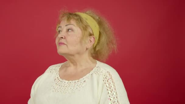 Nadváha starší žena dívá na fotoaparát s veselým úsměvem