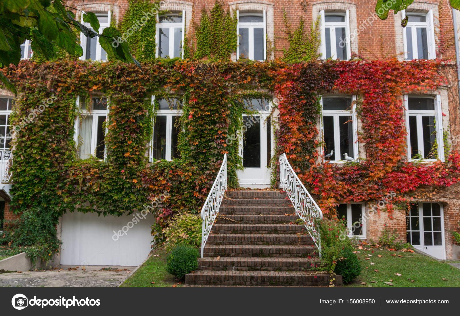 Deel van provençaalse huis van typische stadje in de provence