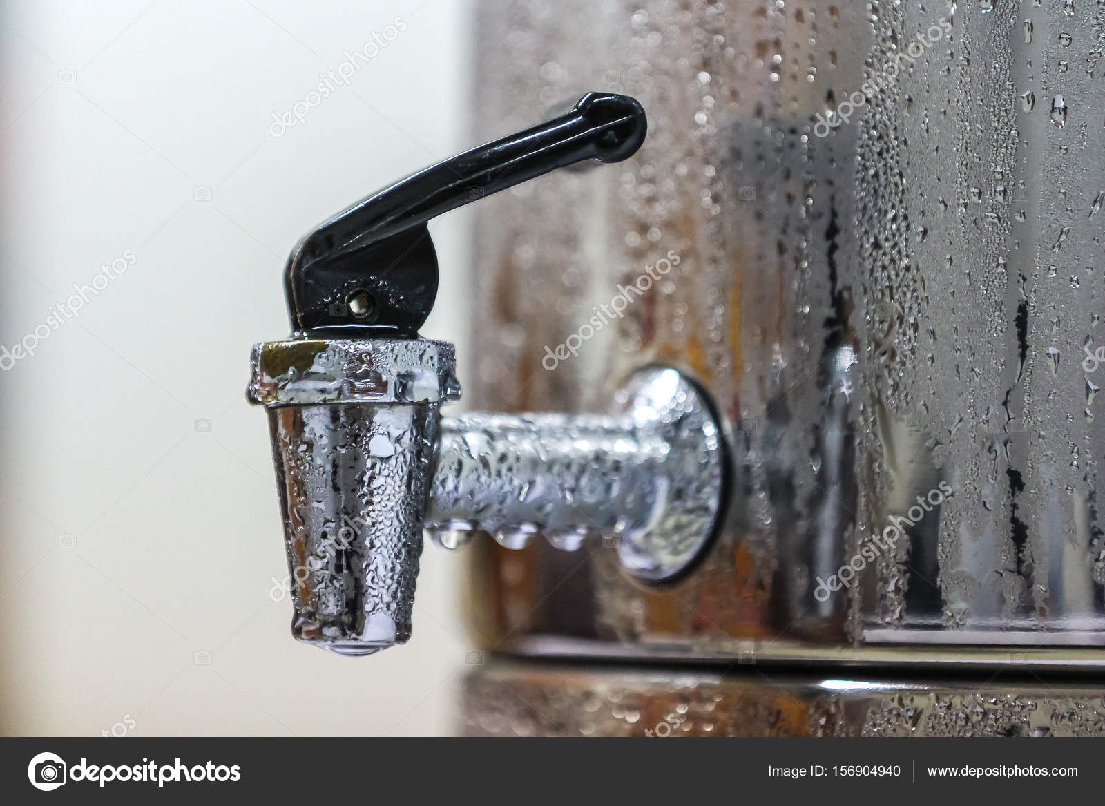 robinet de r servoir d eau potable froide en acier avec des gouttes d eau photographie. Black Bedroom Furniture Sets. Home Design Ideas
