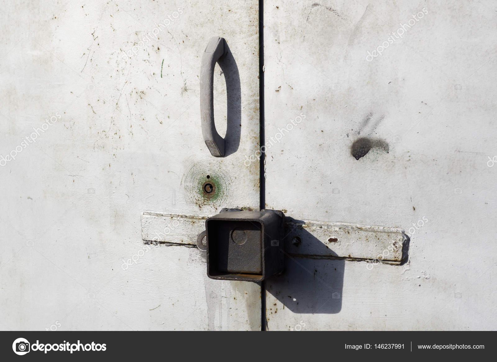 graues metall garagentor mit vorhängeschlössern griff — stockfoto