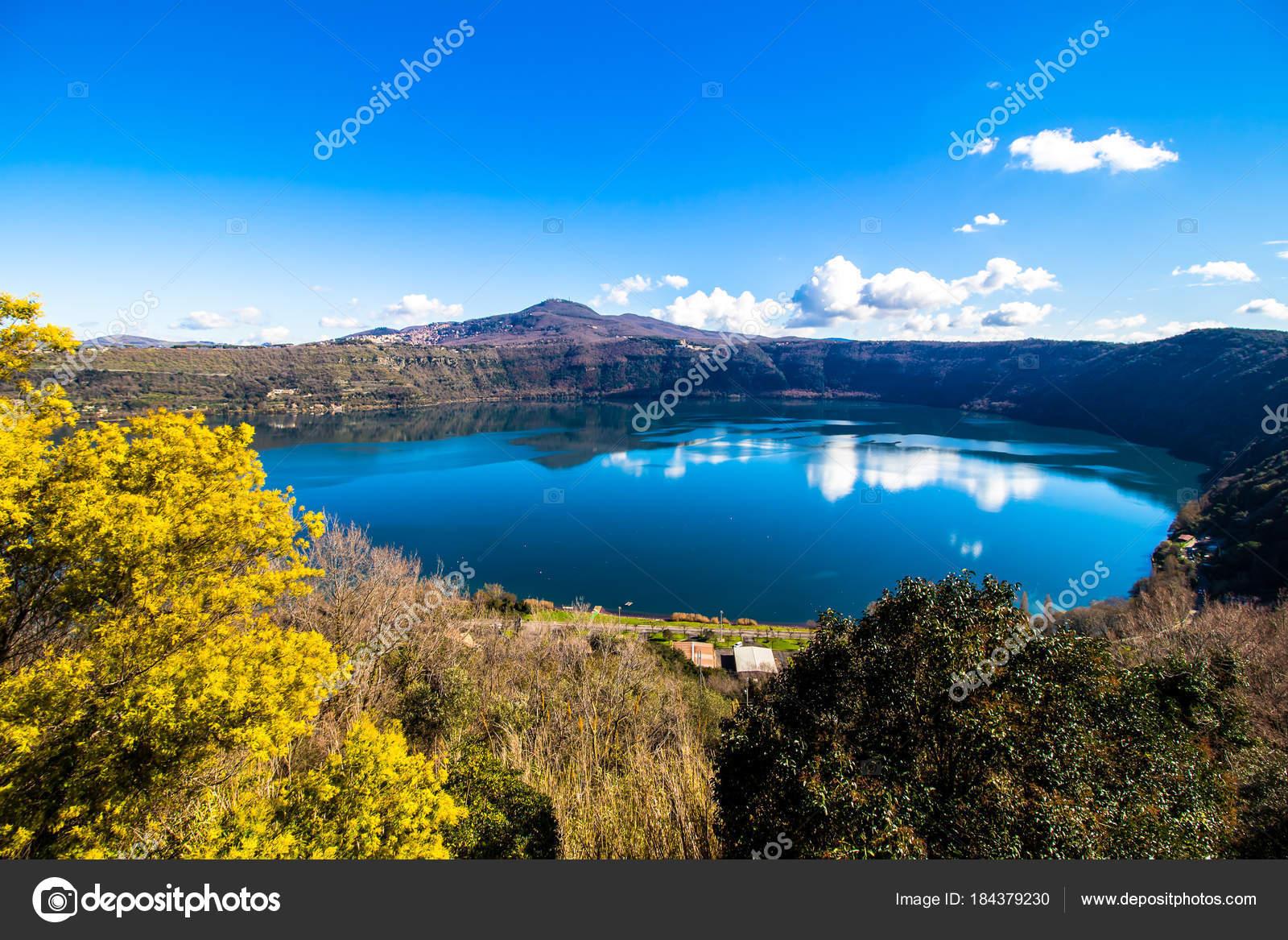 Lago di albano un lago vulcanico del cratere vicino a for Lago vicino milano